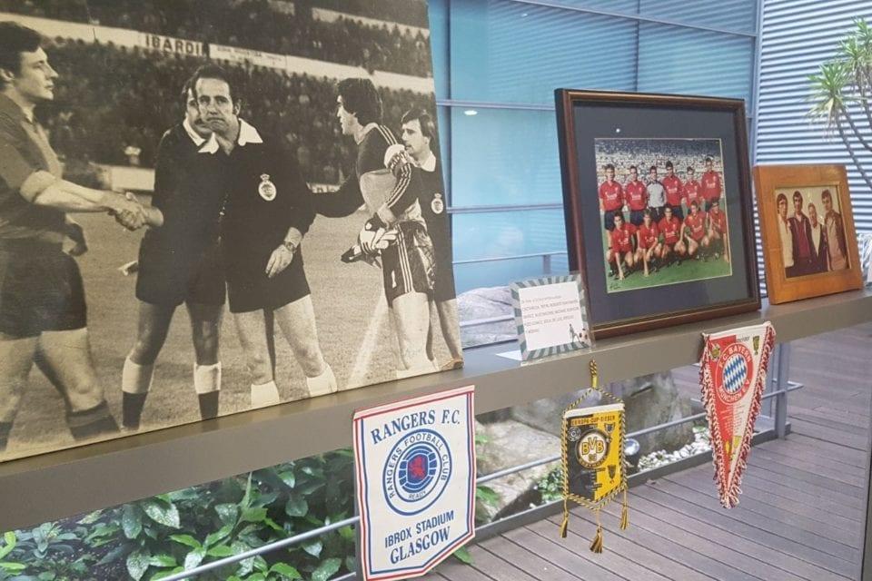 Fotografías y medallas de la exposición Pasión futbolera.